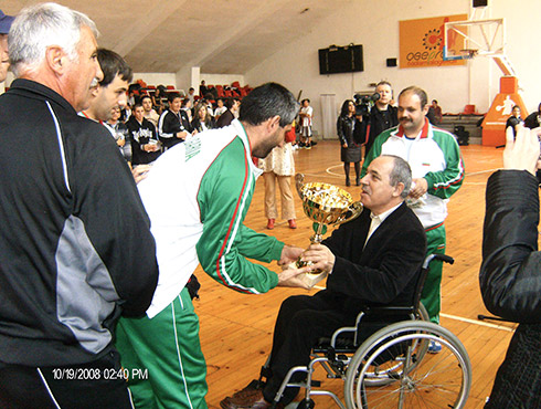Mincho Koralski - director of Bulgarian Agency for people with disabilies - bestow a cup to the winner of the tournament Vitosha's team